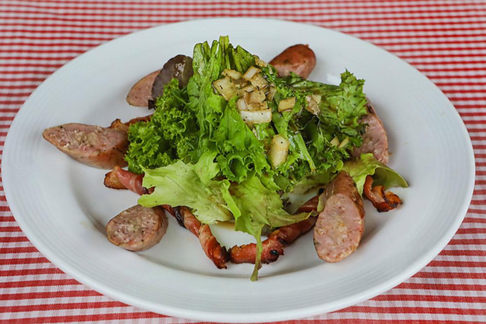 Grillgericht mit Salat, Hällischer Wurst und Bacon