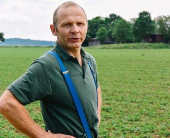 Bauer Gebert auf dem Feld