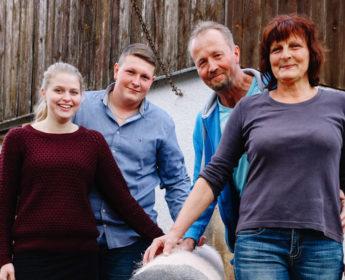 Bauernfamilie Eberhardt steht um ein hällisches Schwein