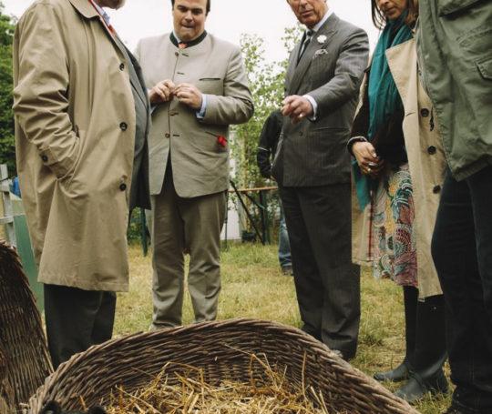 Prinz Charles, Philipp zu Hohenlohe-Langenburg, Rudolf Bühler unterhalten sich über die Schwäbisch Hällischen Ferkel im Korb