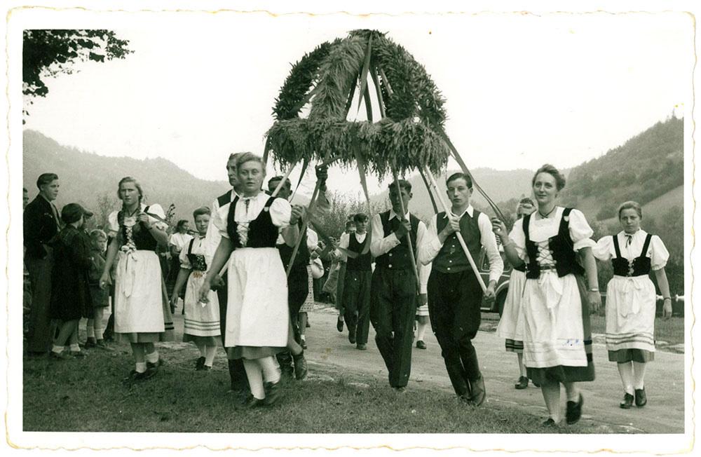 Übergabe der Erntekrone durch die Landjugend im Jahr 1951