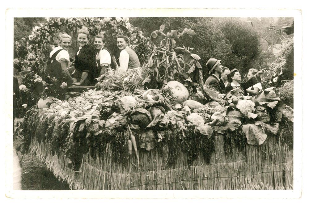 Jungbäuerinnen der Haller Landjugend auf dem Erntedankwagen 1951
