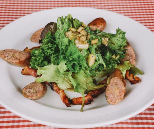gegrillte Bacon Spieße und echt hällische Bauernwurst auf Salat