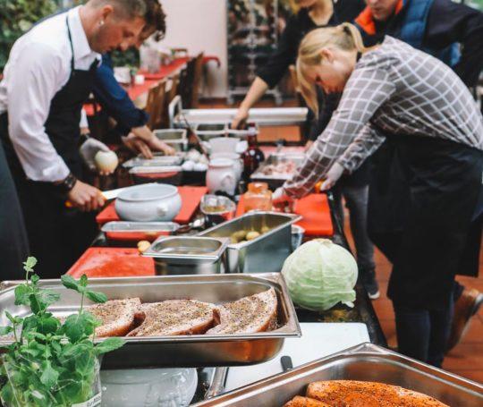 Vorbereitungen der Grillakademie mit schwäbisch hällischem Qualitätsfleisch g.g.A.