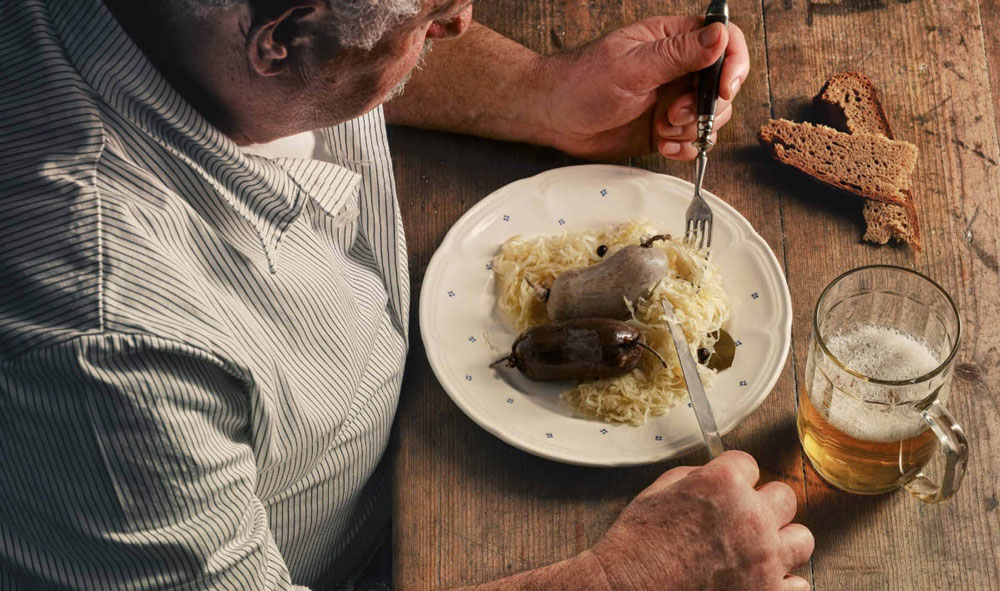 Traditionelles Gericht: Blut und Leberwurst auf Sauerkraut mit Bier