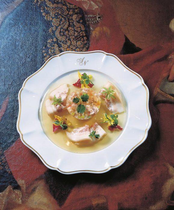 Sülze von Spanferkelbäckchen mit Wildkräutersalat
