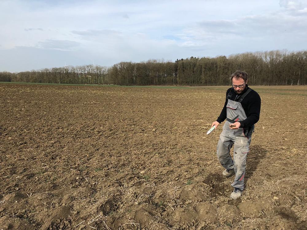 Bauer prüft Bodenfeuchtigkeit auf dem Acker