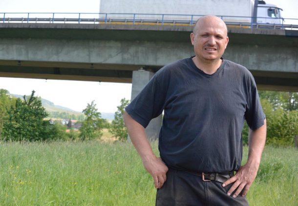 Blog Folge 58: Fritz Wolf, Landwirt vor einer Autobahnbrücke