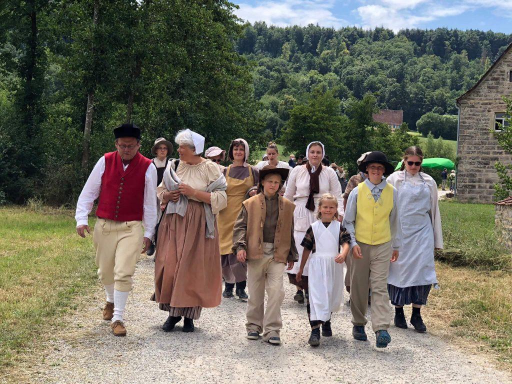 Bauern in historischen Gewändern im Freilandmuseum Wackershofen