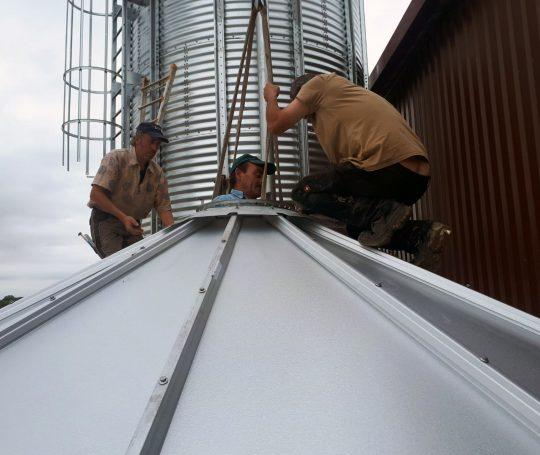 Die Stahlblechhaube dient als Abdeckung des Getreidesilos.