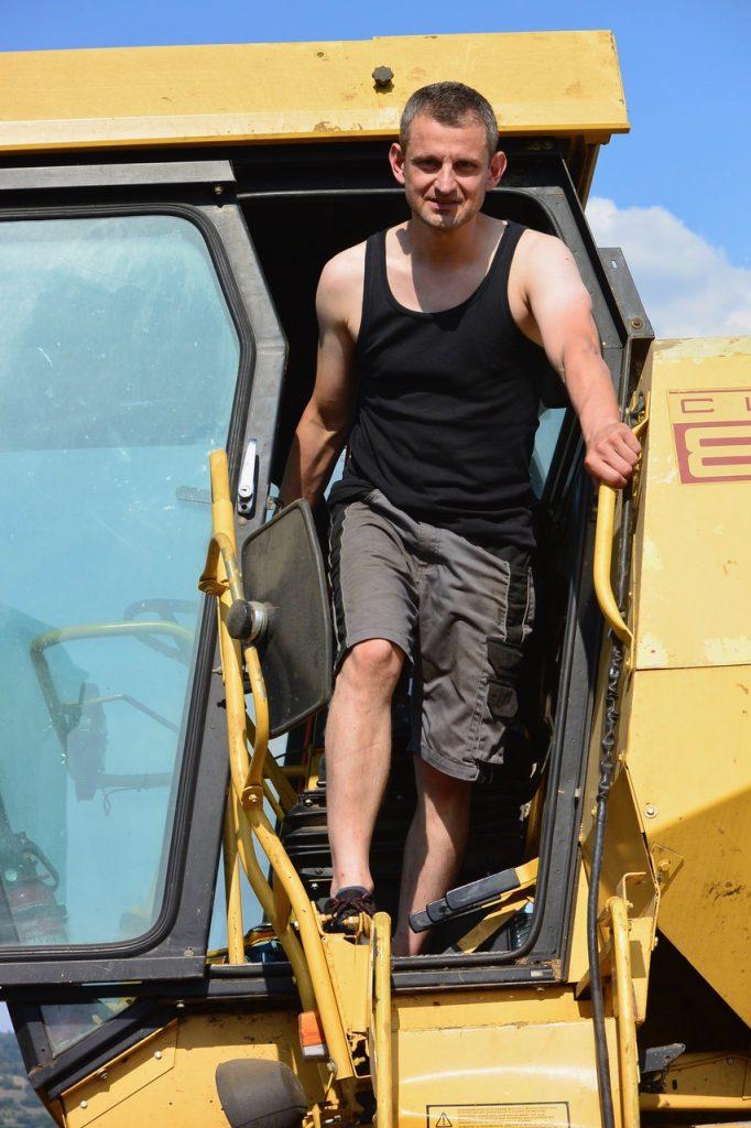 Vater Karl Wirth prüft den Feuchtigkeitsgehalt des Getreides