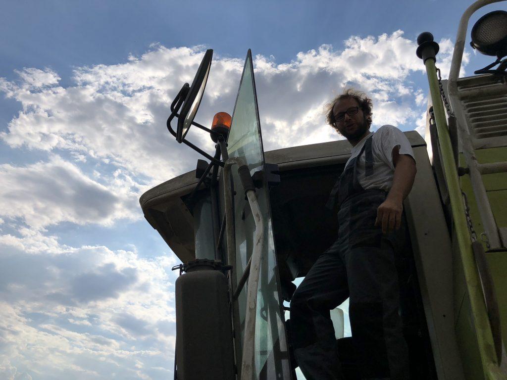 Landwirt Markus Ehrmann auf dem Mähdrescher.