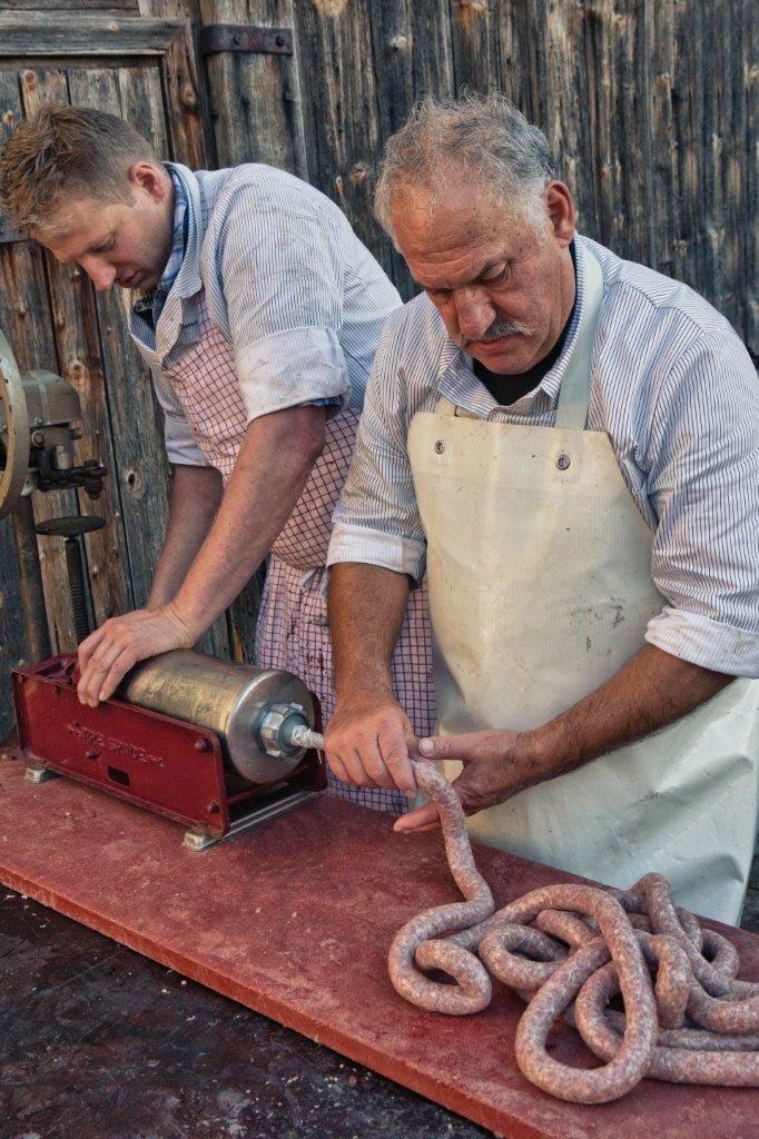 Wenn das Brät fertig ist, füllen es die Metzger in die Därme ab.