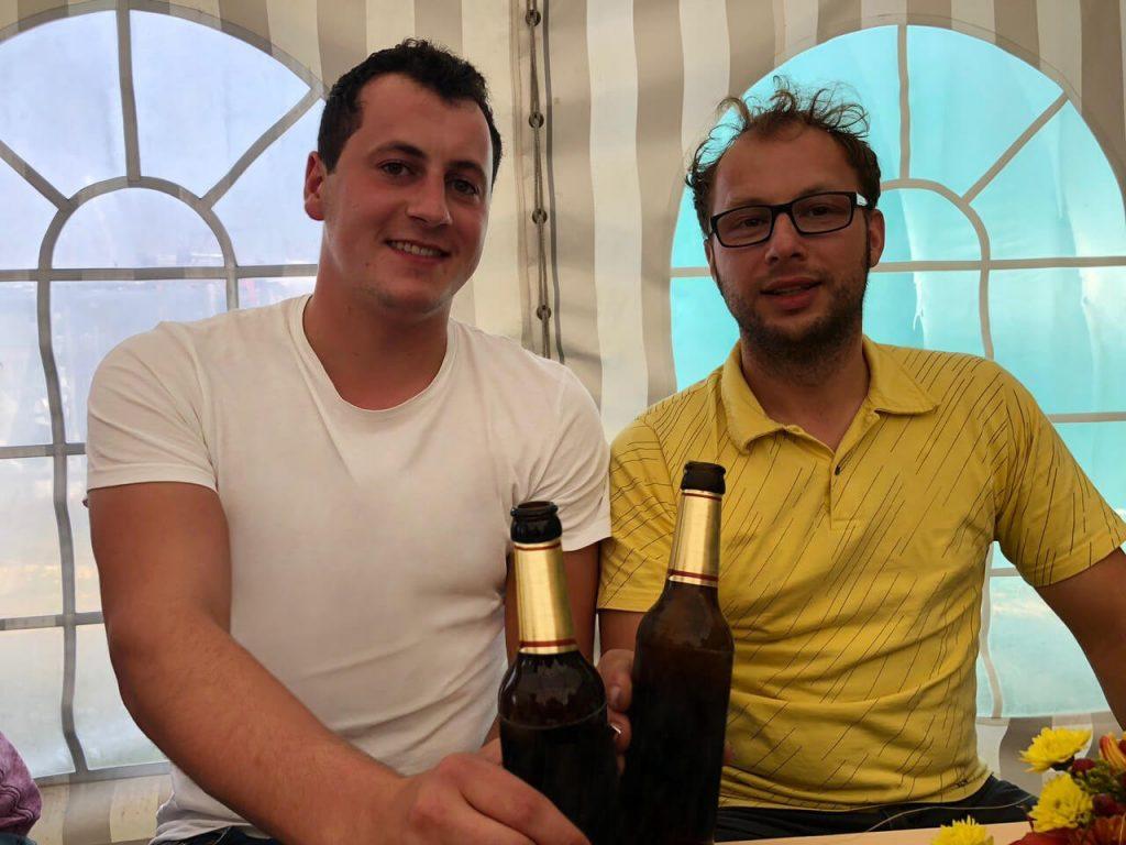 Familientreffen: Florian und Markus Ehrmann im Zelt der Bäuerlichen Erzeugergemeinschaft Schwäbisch Hall.