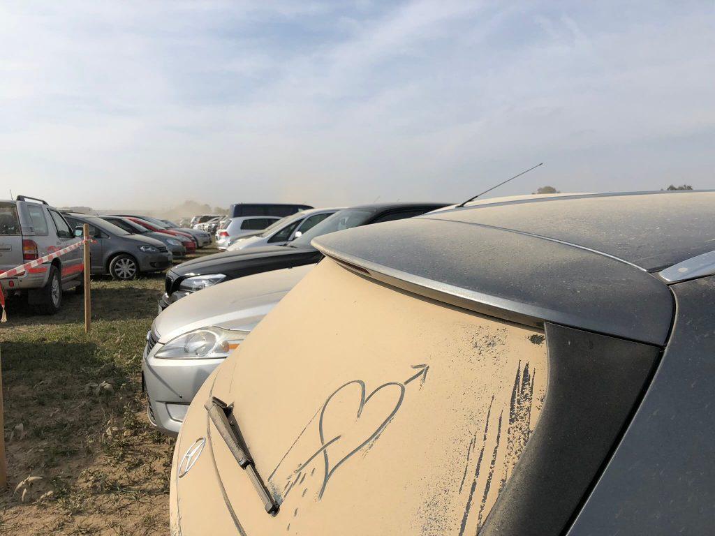 Auf den Parkplätzen rund ums Muswiesengelände staubt's gewaltig.