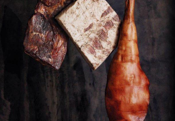 Der Eichelmastschinken der Schwäbisch-Hällischen reift zehn bis zwölf Monate, daneben Lardo (weißer Speck) und Rauchfleisch.
