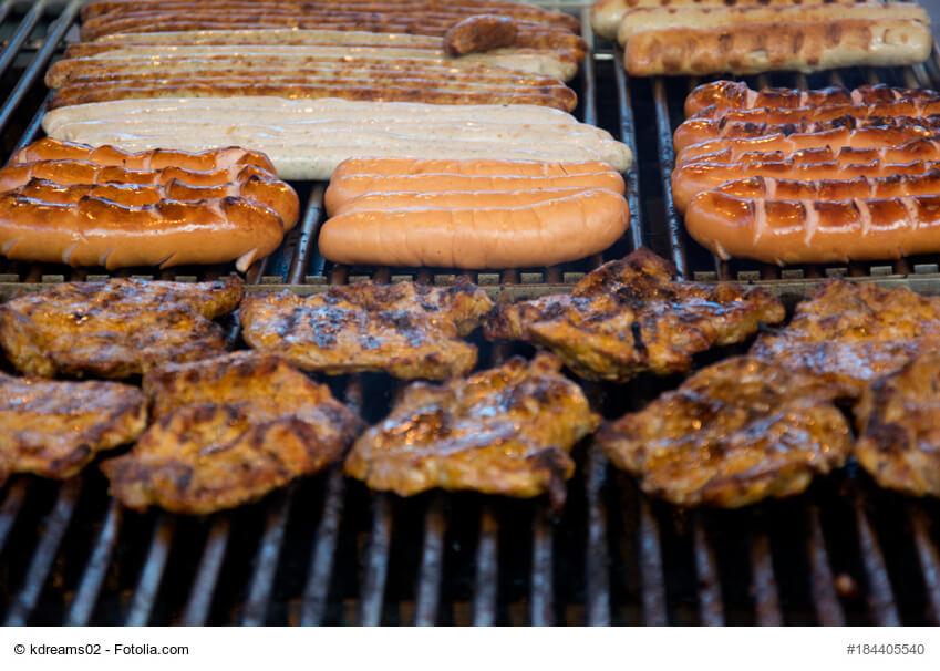 Gehören zum Weihnachtsmarkt dazu: Würste und Steaks vom Grill.