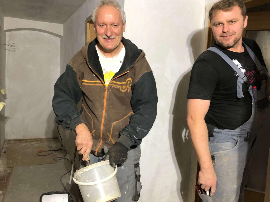 Mariusz und Christof, Handwerker aus Polen, bei den Umbauarbeiten.