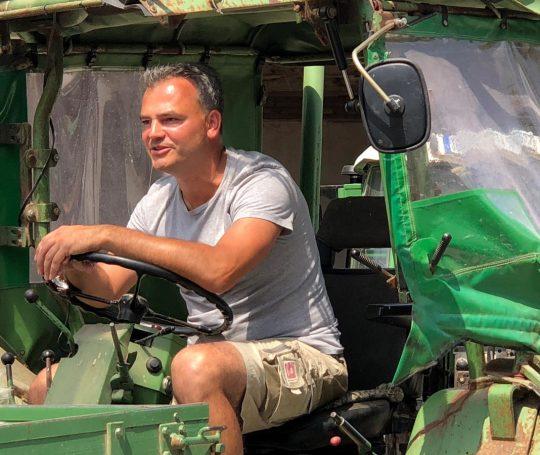 Bernd Henn auf einem alten Traktor.