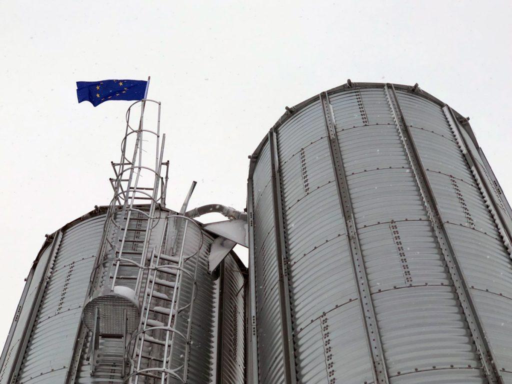 Über den neuen Getreidesilos an den Mastställen weht die Europafahne