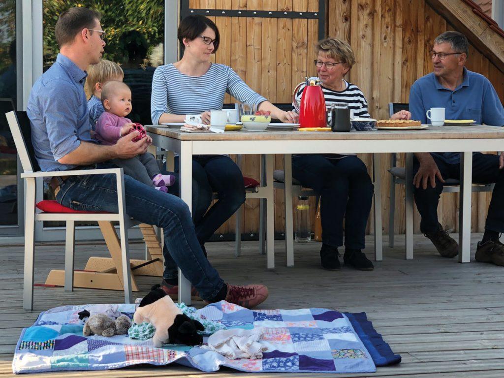 Gemeinsame Kaffeerunde auf der Terrasse von Frank-Ulrich und Lisa Häußermann