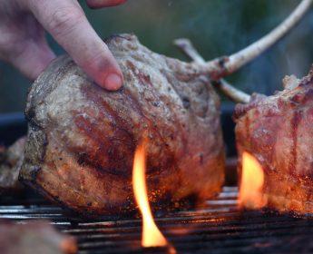 Schwäbisch-Hällisches Qualitätsschweinefleisch g.g.A. – hier ein Stielkotelett - verträgt dank seiner Marmorierung Hitze.