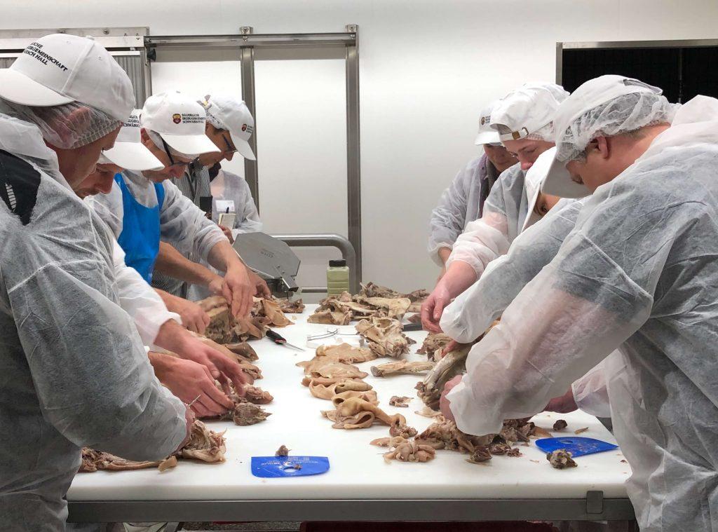 Die Seminarteilnehmer legen in der Wurstmanufaktur der Bäuerlichen Erzeugergemeinschaft Schwäbisch Hall Hand an.