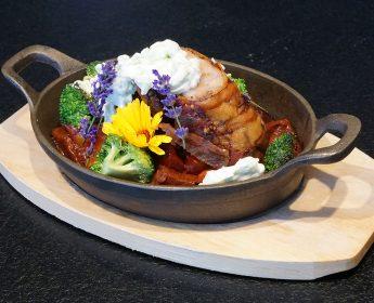 Rollbraten mit Ofengemüse und Gurkenjoghurt