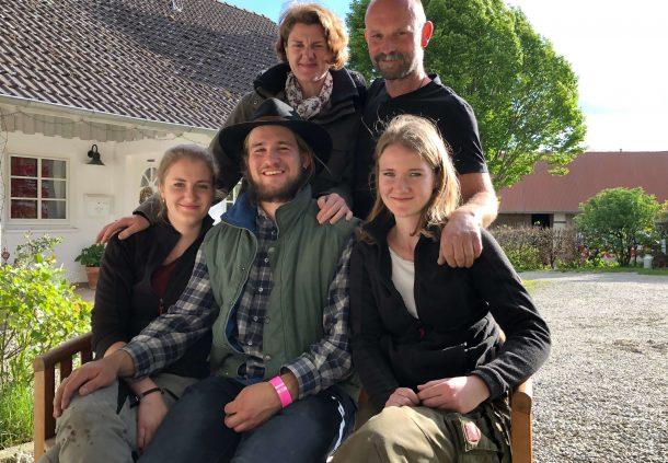 Familienfoto: Simone und Rainer Franz (hinten) sind stolz auf die Jungen: Sophia mit Freund Adrian und Katharina (von links)
