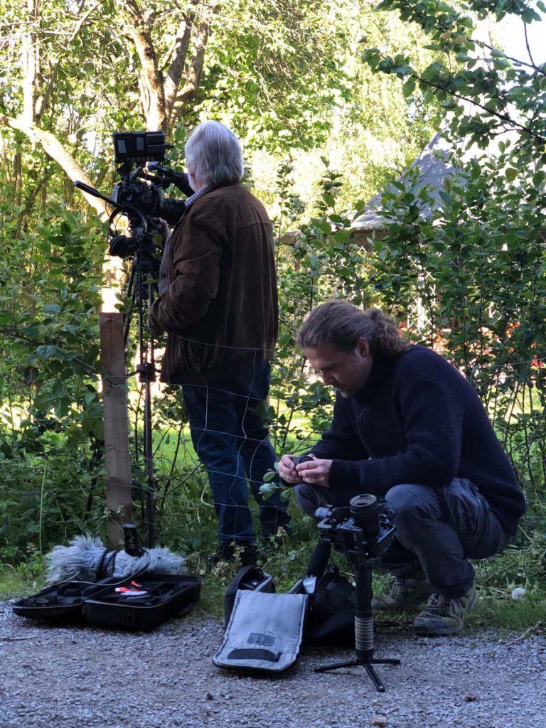 Das Filmteam bereitet die Kameras für die Dreharbeiten vor.