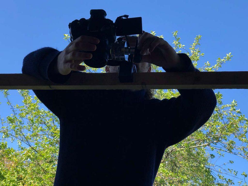 Making-of: Eine Kamera hängt auf einem Gestell über dem Zerlegetisch.