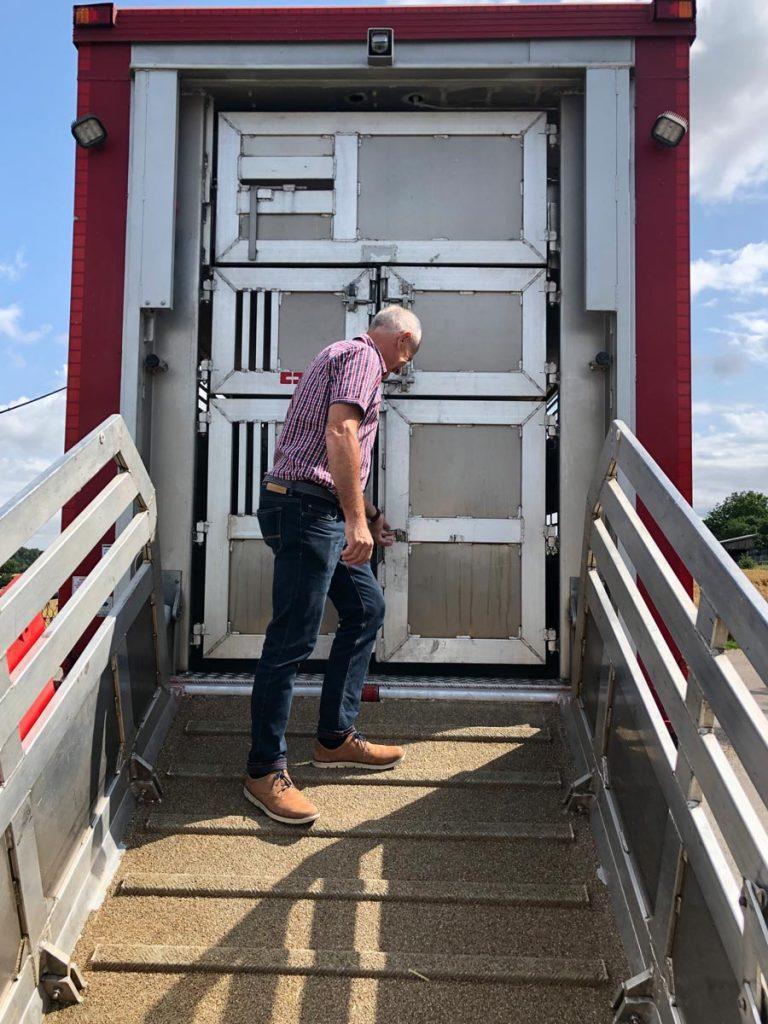 Dieter Küstner zeigt einen der fünf Tiertransportfahrzeuge der Bäuerlichen Erzeugergemeinschaft Schwäbisch Hall.