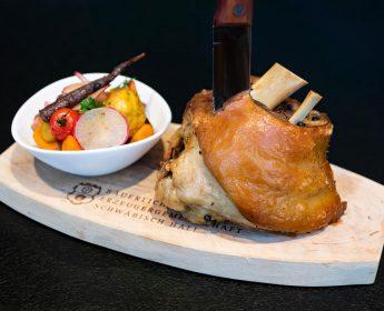 Aromatisch: Grillgewürzhaxe vom Schwäbisch-Hällischem Qualitätsschweinefleisch g.g.A. mit Kürbisknödeln