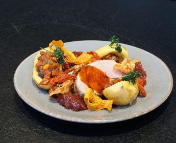 Kräftige Sauce und gehaltvolle Begleiter: Nusssteaks von Schwäbisch-Hällischem Qualitätsschweinefleisch g.g.A. mit gefüllten Kartoffeln