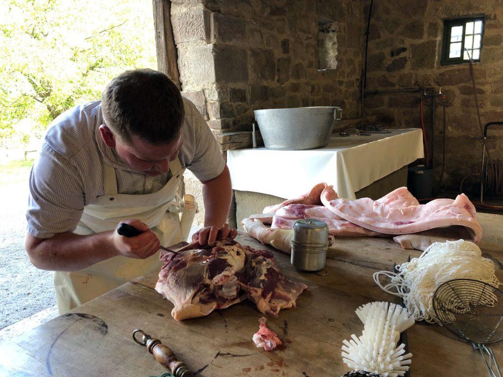 Der junge Metzgermeister beginnt mit der Zerlegung des Schwäbisch-Hällischen Schweins