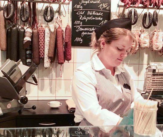 Aufmacherfoto: Lisa-Marie Gewinner bedient eine Kundin an der Wurst- und Fleischtheke.