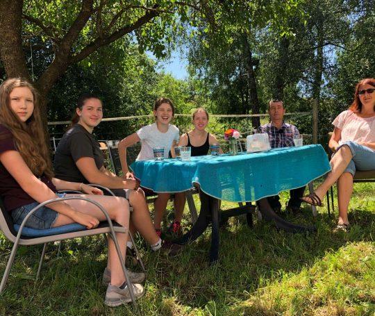 Albrecht und Silvia Löblein mit ihren vier Töchtern im Garten des Hauses auf dem Eichhof.