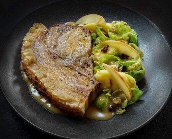 Kotelett vom Schwäbisch-Hällischen Landschwein mit Cidresauce, Rosenkohllaub und Apfel-Kartoffelstampf