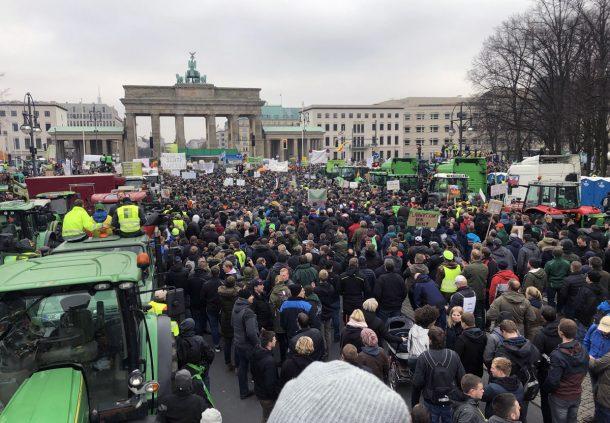 Bauernprotest in Berlin: Bei den Landwirten in Deutschland hat sich viel Frust aufgestaut. Transparenz im Bereich Tierwohl erlaubt den Bauern, angemessene Preise für Schwäbisch-Hällisches Qualitätsschweinefleisch g.g.A. zu verlangen.