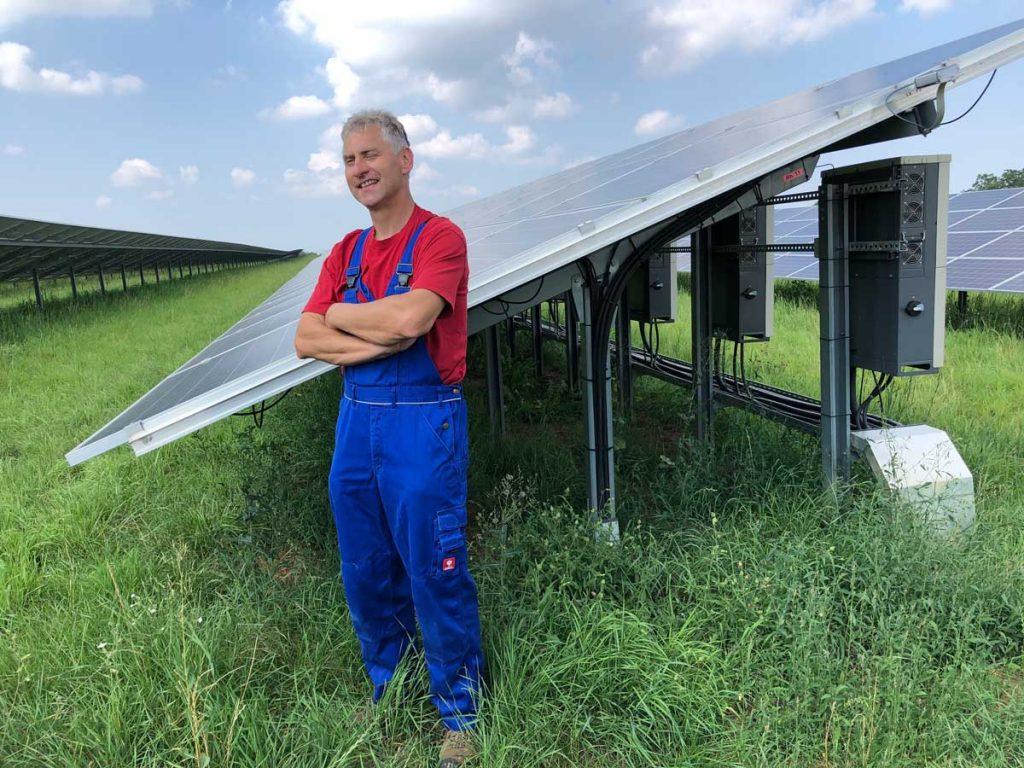 Gerhard Kümmerer auf seiner Freiflächen-Photovoltaikanlage bei Niederstetten