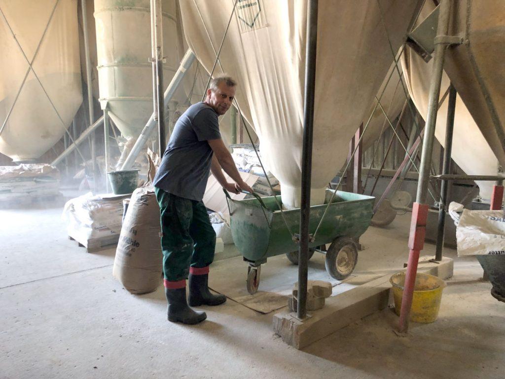 Hofbesitzer Hartmut Frieß arbeitet an der Mahl- und Mischanlage.