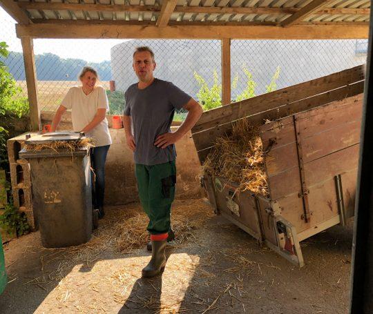 Birgit und Hartmut Frieß transportieren Stroh in den Maststall