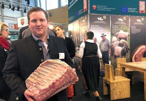 Metzgermeister Philipp Brauch präsentiert Schwäbisch-Hällisches Qualitätsschweinefleisch g.g.A. in Bio-Qualität auf der Biofach in Nürnberg.