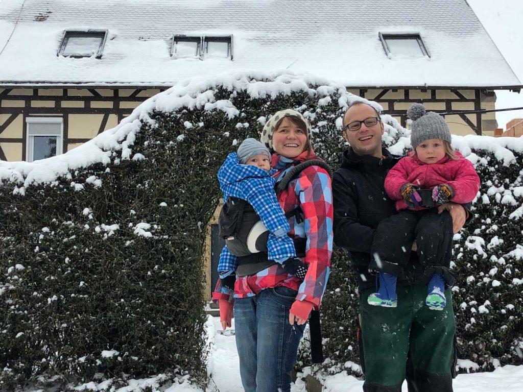 """Aus unserer Serie """"Ein Bauernjahr"""" im Januar 2019: Damaris und Markus Ehrmann mit den Kindern Karlotta und Ferdinand."""