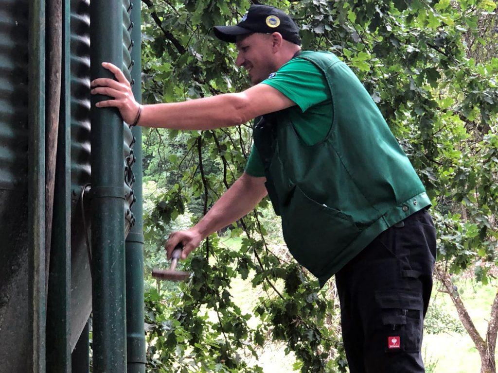 Fritz Wolf vom Landwirtschaftlichen Beratungsdienst kontrolliert, ob die Wasserspender funktionieren.