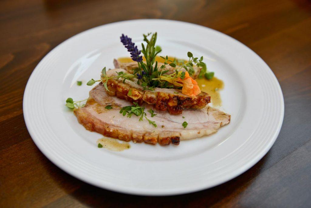 Ein Teller, der Appetit macht: Echt Hällischer Krustenbraten, in Scheiben geschnitten.