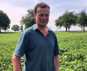 Demeter-Landwirt Dietmar Lober vor seinem Feld mit Sojapflanzen.