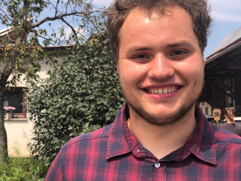 Florian Brenner, Neffe des Hofbesitzers, hilft bei der täglichen Arbeit tatkräftig mit.