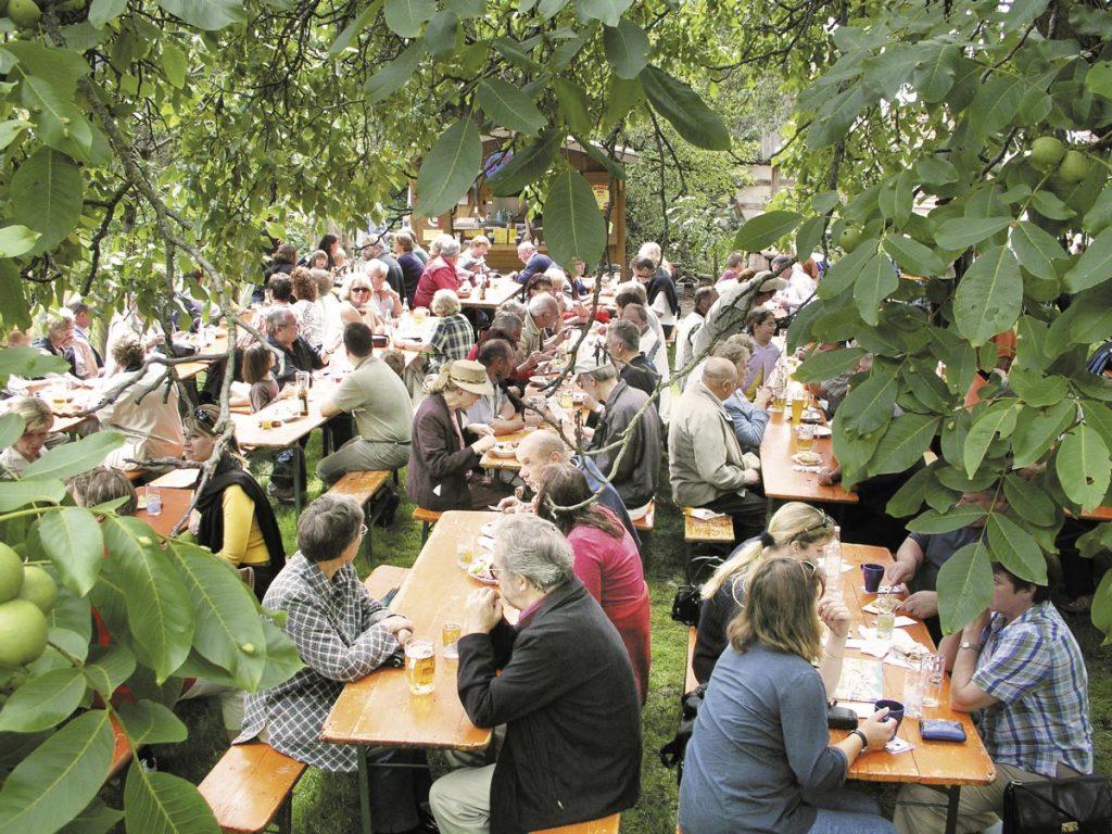 Gemütliches Beisammensein im Hofgarten des Sonnenhofs.